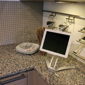 - Einfache und sichere Befestigung der Küchenhalterung- Entweder befestigen Sie diesen Küchenständer mit dem beiliegendem Klebepad oder mit Hilfe von Schrauben
